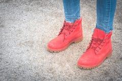 женские ботинки красного цвета ног Стоковые Изображения
