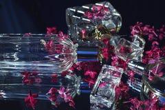 женские бутылки дух с цветками сирени Стоковые Фотографии RF