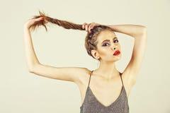 Женские взволнованности женщина с составом яркого блеска моды для партии очарования Стоковые Фото