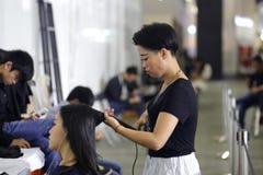 Женские волосы перми парикмахера Стоковые Фотографии RF
