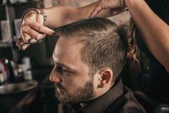 Женские волосы стиля причёсок парикмахера человека стоковое изображение rf