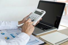 Женские вычисления бухгалтера и анализировать финансовое dat диаграммы Стоковые Фотографии RF