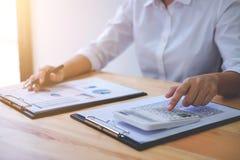 Женские вычисления бухгалтера и анализировать финансовое dat диаграммы Стоковые Изображения