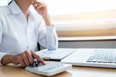 Женские вычисления бухгалтера и анализировать финансовое dat диаграммы Стоковое Фото