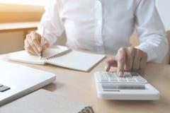 Женские вычисления бухгалтера и анализировать финансовое dat диаграммы Стоковая Фотография