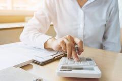 Женские вычисления бухгалтера и анализировать финансовое dat диаграммы Стоковое Изображение RF