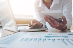 Женские вычисления бухгалтера и анализировать финансовое dat диаграммы Стоковое Изображение