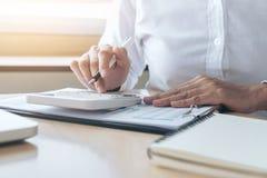 Женские вычисления бухгалтера и анализировать финансовое dat диаграммы Стоковое фото RF