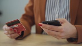 Женские делая онлайн покупки используя карту смартфона и банка сток-видео