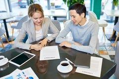 Женские деловые партнеры подписывая контракт Стоковое фото RF