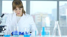 Женские детали сочинительства ученого, результат исследования в лаборатории Стоковая Фотография