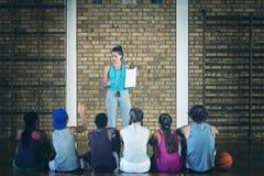 Женские дети средней школы менторства тренера стоковая фотография