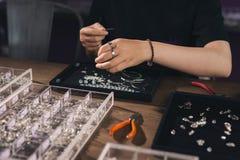 Женские дизайнерские делая ювелирные изделия на ювелирном магазине Стоковое Изображение RF