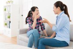 Женские друзья беседуя совместно в живущей комнате Стоковая Фотография