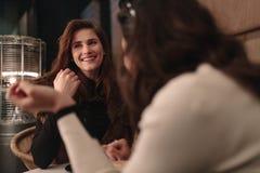 Женские друзья говоря на кофейне Стоковое фото RF