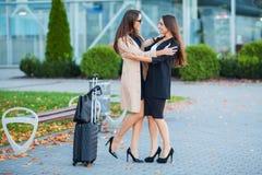 Женские друзья имеют отключение совместно Вид спереди милого брюнета стоковое изображение rf