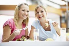 женские друзья имея мол обеда совместно Стоковое Изображение RF