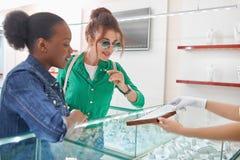 Женские друзья на ювелирном магазине Стоковая Фотография RF