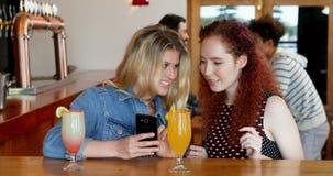 Женские друзья принимая selfie с мобильным телефоном 4k сток-видео
