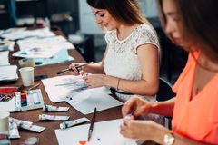 Женские друзья присутствуя на мастерской картины совместно стоковые изображения rf