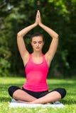 Женские детеныши приспосабливать здоровую йогу женщины или девушки практикуя снаружи Стоковое Изображение RF