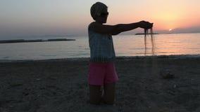 женские игры на пляже с песком видеоматериал