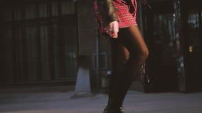 Женские идя ботинки юбки тартана улицы красные сток-видео