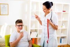 Женские диетолог доктора и пациент подростка Стоковые Изображения RF