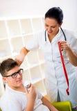 Женские диетолог доктора и пациент подростка Стоковое Изображение RF