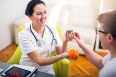 Женские диетолог доктора и пациент подростка Стоковая Фотография
