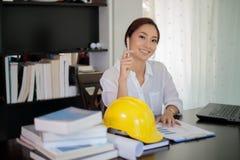 Женские инженеры думают для того чтобы создать новые работы и усмехаются Стоковые Изображения RF