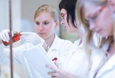 Женские исследователя в лаборатории химии Стоковая Фотография