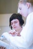 Женские исследователя в лаборатории химии Стоковые Фотографии RF