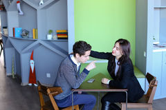 Женские и мужские молодые коллеги беседуют на обеденном времени и сидят в ca Стоковые Изображения RF