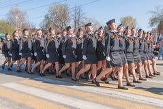 Женские кадеты полицейского училища маршируя на парад стоковые фото