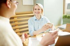 Женские коллеги беседуя в кафе Стоковое Изображение