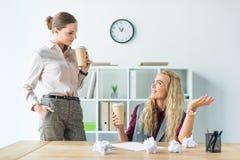 Женские коллеги выпивая кофе Стоковые Фотографии RF