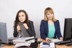 Женские коллеги в офисе, одном ненавидят работать, как побочная работа Стоковая Фотография RF