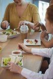Женские коллеги дела имея обед на столовой офиса Стоковые Изображения RF