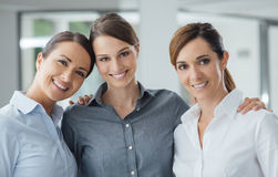 Женские коллеги офиса представляя совместно Стоковые Фото