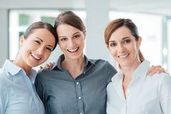 Женские коллеги офиса представляя совместно Стоковое Фото