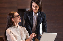 Женские коллеги сотрудничая в офисе Стоковые Фото