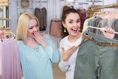 Женские клиенты выбирая юбку и брюки Стоковая Фотография RF