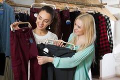 Женские клиенты ища новые одежды Стоковая Фотография RF