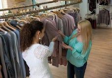 Женские клиенты ища новые одежды Стоковое Фото