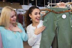 Женские клиенты ища новые одежды Стоковое фото RF