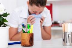 Женские медсестра или доктор тошнят в сумку стоковое фото rf