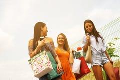Женские молодые друзья делая покупки в городе Стоковые Фото