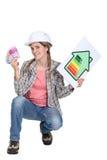 Женские наличные деньги удерживания строителя стоковая фотография