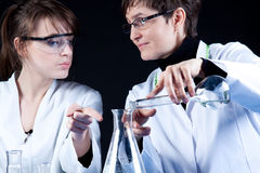 женские научные работники стоковая фотография rf